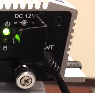 電源コード固定用ブラケットの取り付け方法を示す図