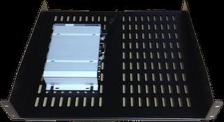 図は、アプライアンスをラックに取り付けるために使用できるオプションのシェルフを示しています